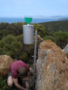 PhD student Tobias Juhlke installs storage rain gauges (Image: Robert van Geldern)