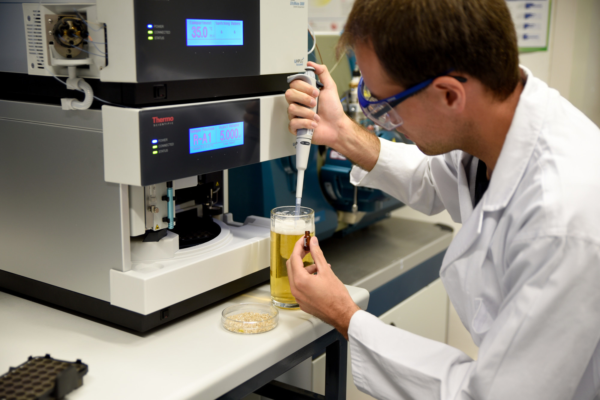 FAU-based researcher Thomas Sommer preparing a sample of beer. After processing, the level of hordenine in the sample is determined using high-performance liquid chromatography and mass spectrometry. Image: FAU/Katharina Götz)