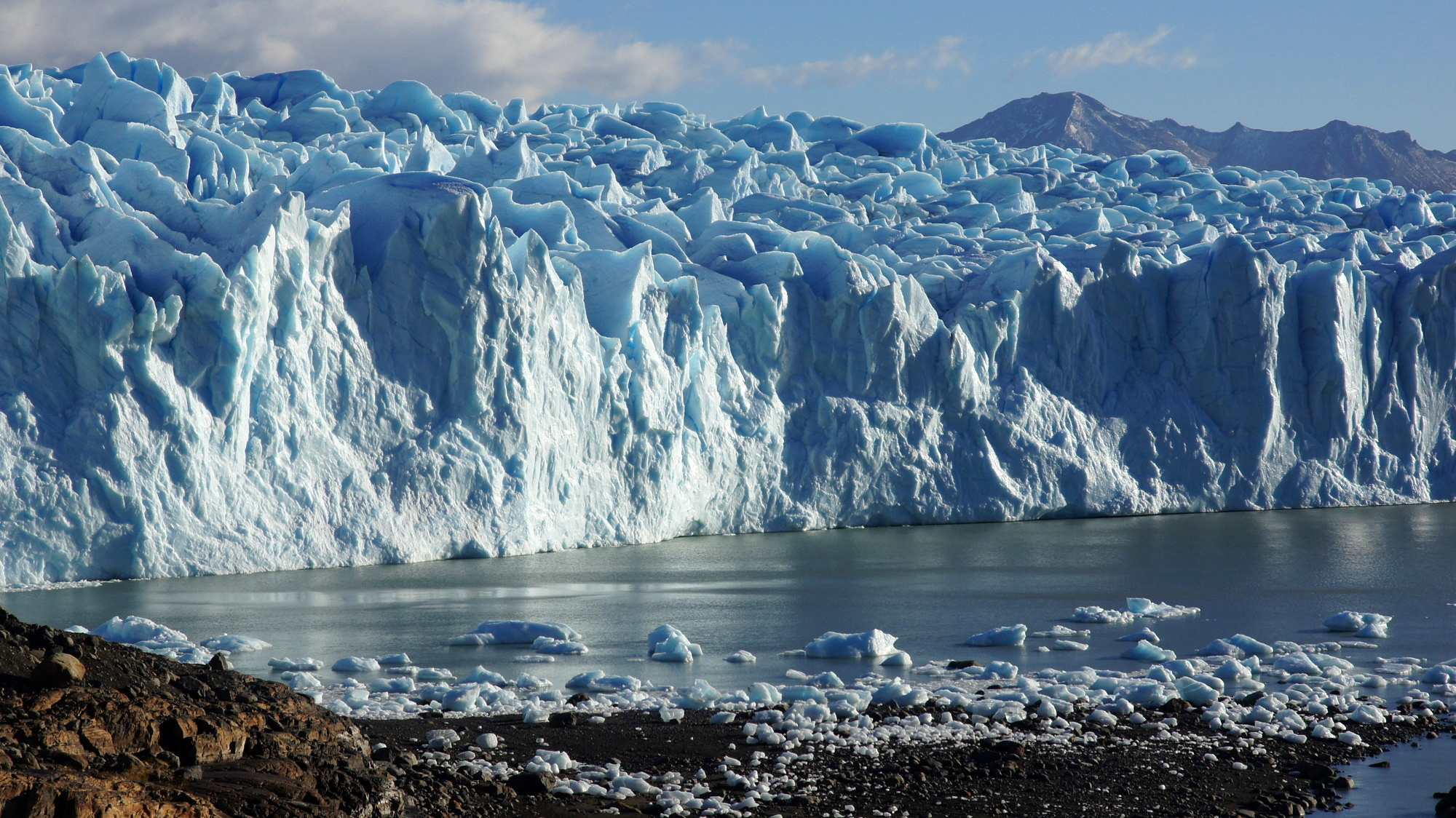 The Upsala Glacier in Argentina, the largest glacier in South America, flows into Lago Argentino. When such outlet glaciers shrink, they first have to form a new stable front. (Image: FAU/Matthias Braun)