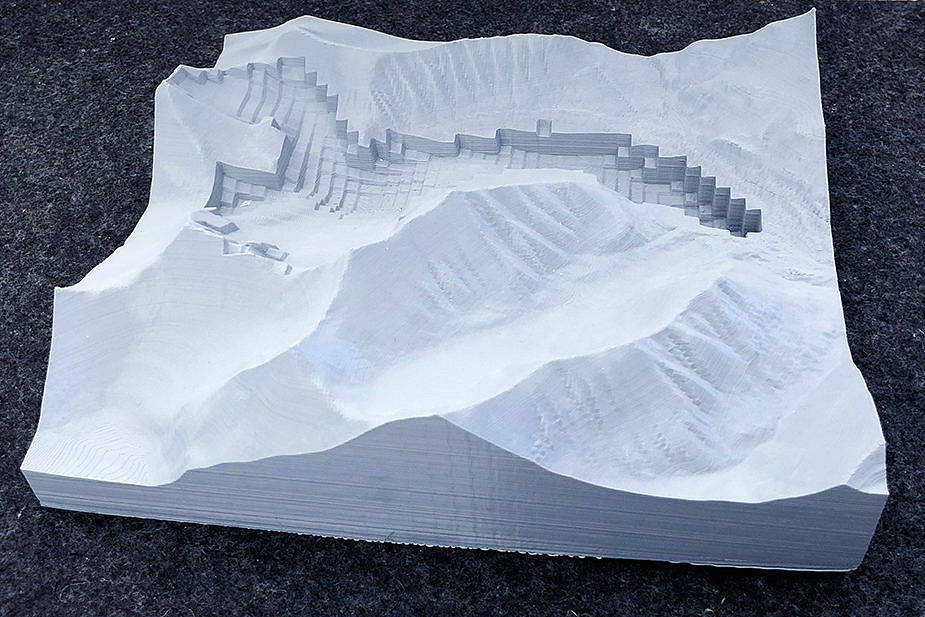 Hands-on research: Dr. Johannes Fürst has printed a 3D model of the Tellbreen glacier on Spitzbergen in the FABLab at FAU. (Image: Dr. Johannes Fürst)