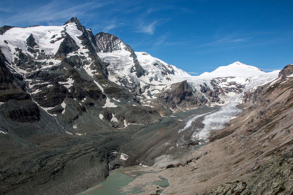 Pasterze Glacier at the Großglockner (back left) in the Hohe Tauern region in Austria. The Pasterze is the largest glacier in Austria and is one of the most debris-covered glaciers in the Alps. (Image: FAU/Christian Sommer)